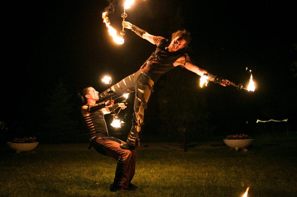 Akrobatikus tűzzsonglőr show